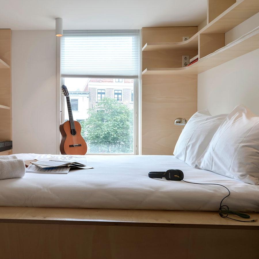 Funky hotel kamer met uitzicht op de gracht