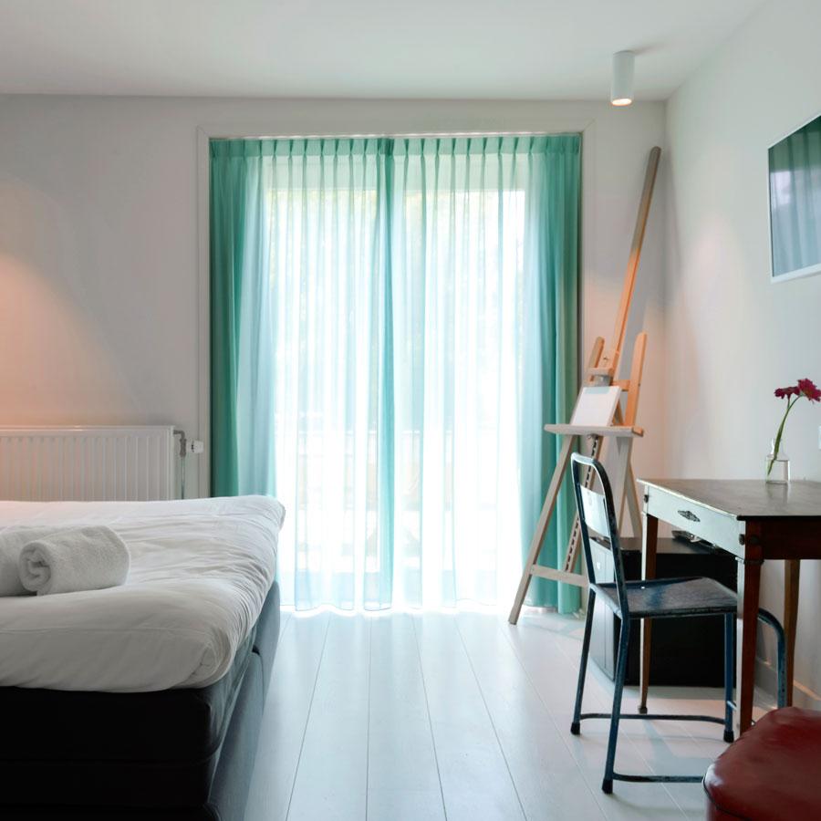 Naar het balkon in een van de Comfortabel Medium hotelkamers