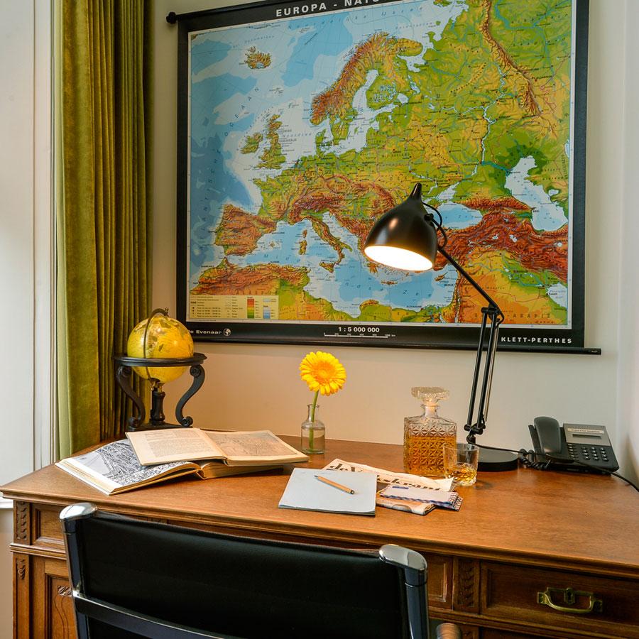 Prachtig groot bureau in de Large Deluxe hotelkamer